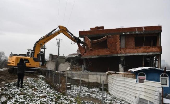 Osmangazi'de tarım arazisindeki kaçak bina yıkıldı