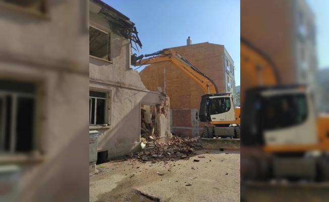 Osmangazi'de İki Katlı Metruk Bina Yıkıldı