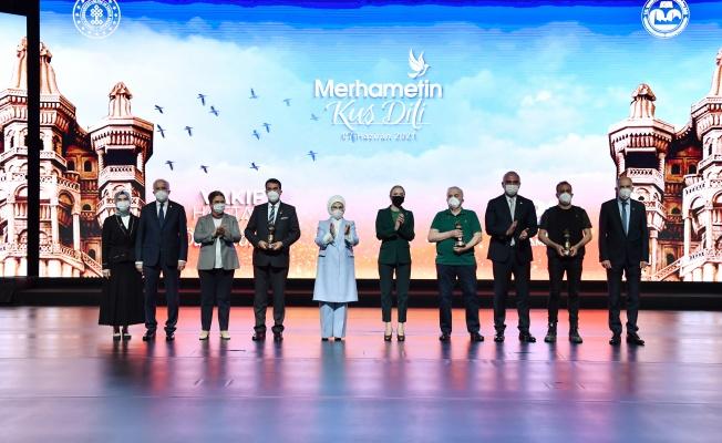 Emine Erdoğan'dan Dündar'a 'Vakıf İnsan' Ödülü