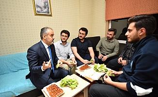 Üniversiteliler su indirimini çiğ köfte partisiyle kutladı